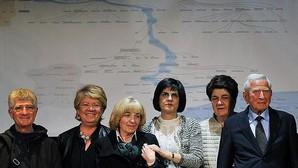 Descendientes de Leonardo da Vinci, posando ayer para una fotografía de familia en Vinci (Florencia), donde se presentó la investigación. A la izquierda, el director italiano Franco Zeffirelli, cuyo nombre real es Gianfranco Corsi, y que ha resultado ser uno de los 35 descendientes vivos del genio del Renacimiento