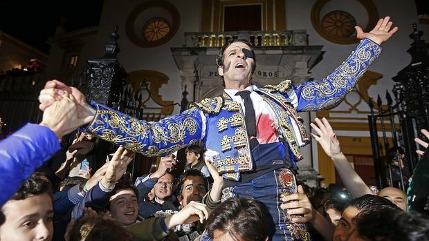 Juan José Padilla, a hombros entre la multitud al cruzar la Puerta del Príncipe