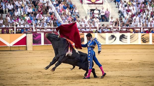Alejandro Talavante, en un pase de pecho, el pasado año en la Malagueta