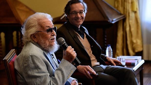 Fernando del Paso contesta a una de las preguntas de los periodistas en presencia de José María Lassalle
