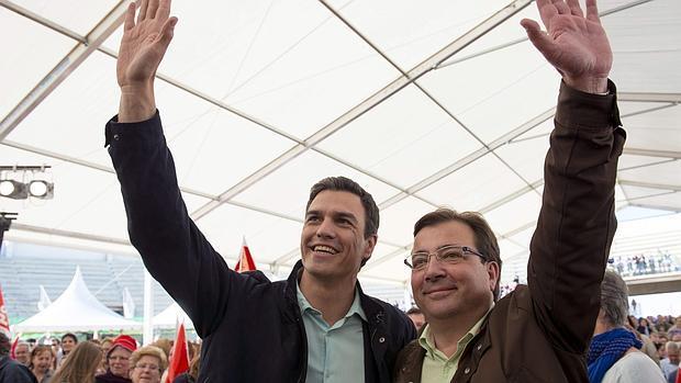 Pedro Sánchez y Guillermo Fernández Vara, el pasado año en la plaza de Cáceres