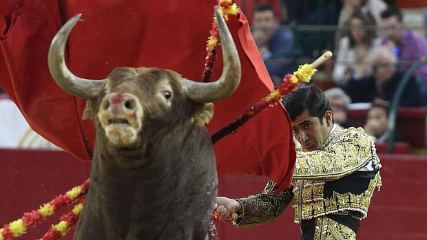 Joselito Adme, por alto con el imponente toro