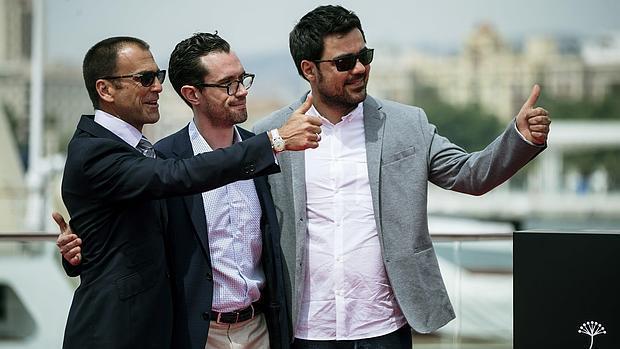 El director Carles Torras, junto a los actores Martín Bacigalupoy Timothy Gibbs, el miércoles posando en el puerto malagueño tras presentar su película «Callback»