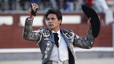 Juan del Álamo pasea una oreja