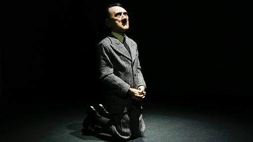 «Him», la escultura de Cattelan que representa a Hitler con cuerpo de niño y de rodillas