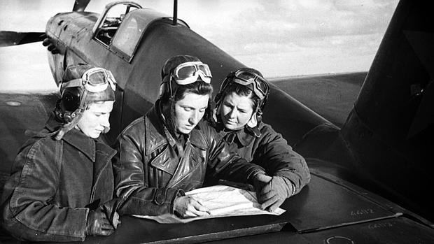 Litviak, una de las aviadoras más reconocidas de la URSS, junto a varias compañeras