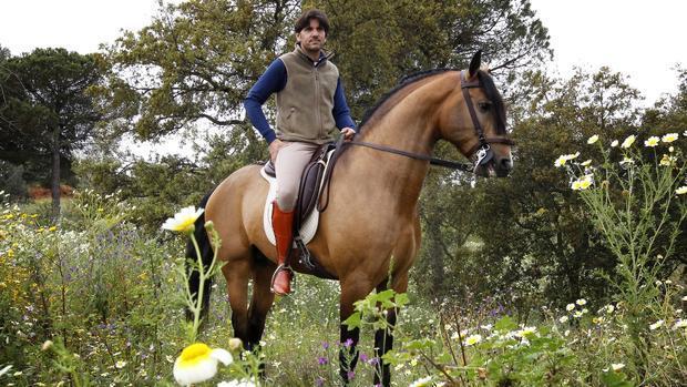 Diego Ventura, a caballo en su finca de La Puebla del Río