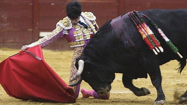 López Simón torea de rodillas al toro al que perdonó la vida