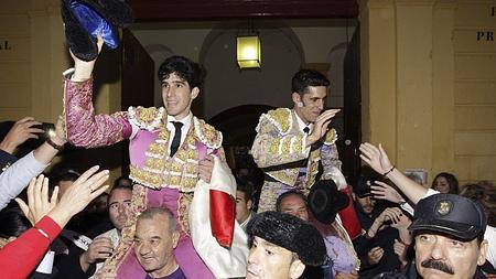 Simón y Talavante salen a hombros