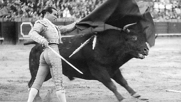 Domingo Ortega, en un pase de pecho