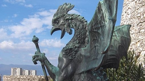 Estatua de un basilisco en Rijeka, Croacia.