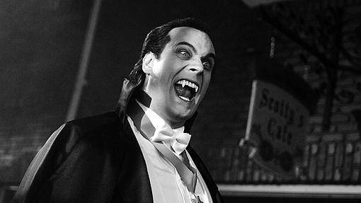 Odd Stashwick caracterizado como Drácula en una escena de la serie «Monster Movie»