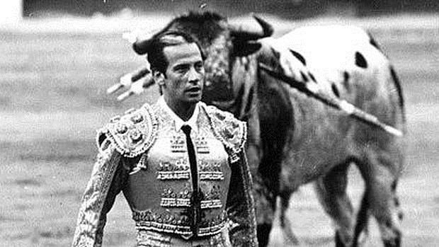 Antoñete, con el famoso toro blanco de Osborne