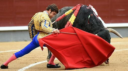 Fernando Robleño se dobla con el toro