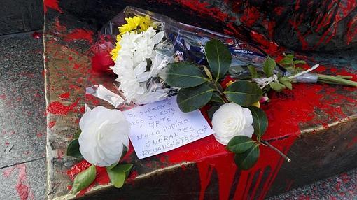 Flores en la estatua del Yiyo