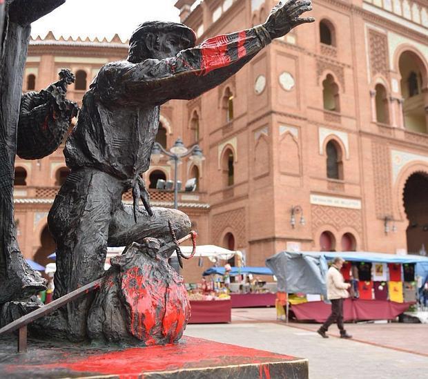 La estatua del Yiyo, embadurnada de pintura roja