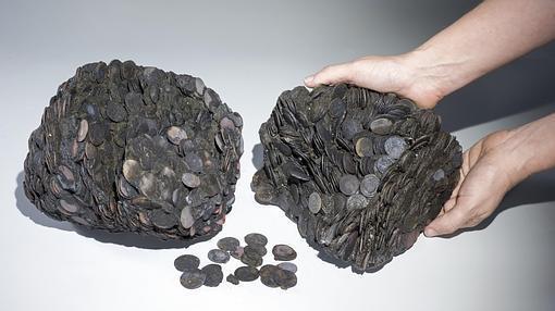 Los sacos con las monedas halladas en el pecio