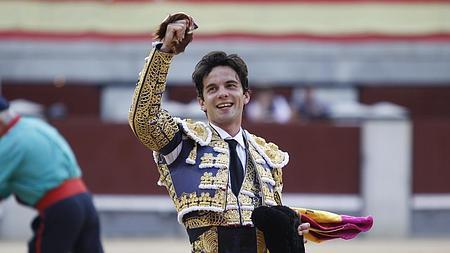 Juan del Álamo, feliz con la oreja del tercero