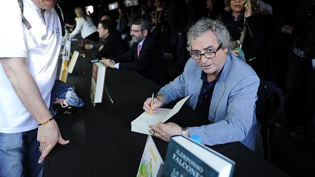 Ildefonso Falcones, durante una firma de libros en Sant Jordi