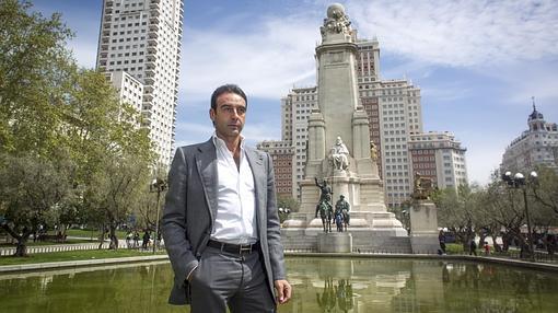 Enrique Ponce, con el monumento al Quijote de fondo