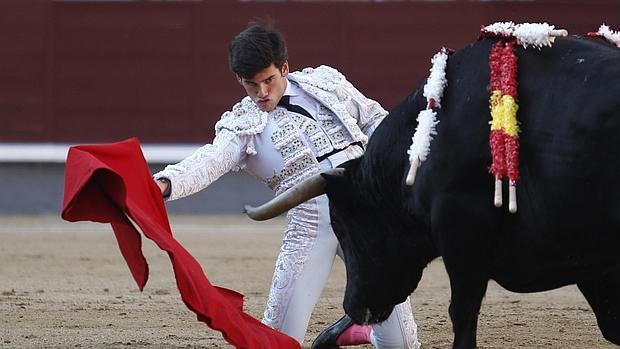 José Garrido comenzó de rodillas su faena de la ceremonia al toro de Alcurrucén