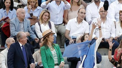 Garrido brindó el último toro a Don Juan Carlos, la Infanta Elena y Victoria Federica, que recoge la montera