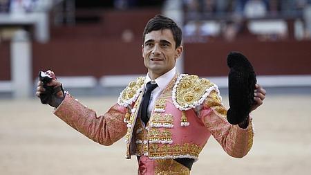 Paco Ureña pasea la oreja del sexto