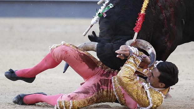 Paco Ureña intenta zafarse de los pitones del toro