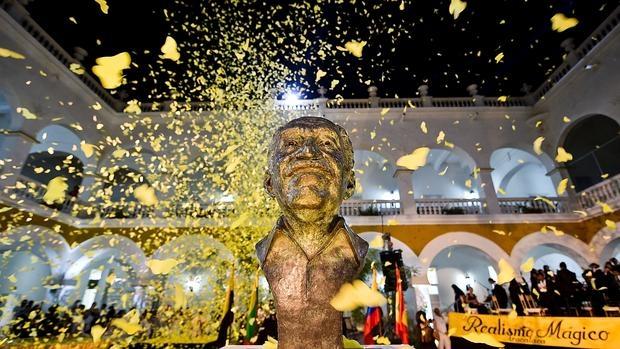Mariposas amarillas vuelan sobre el busto de Gabriel García Márquez en Cartagena