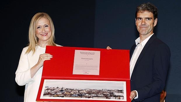 Cristina Cifuente y José Tomás, durante la entrega del premio