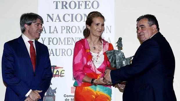 La Infanta Elena recibe el galardón de manos de Jorge Fajardo y en presencia de Ángel Garrido