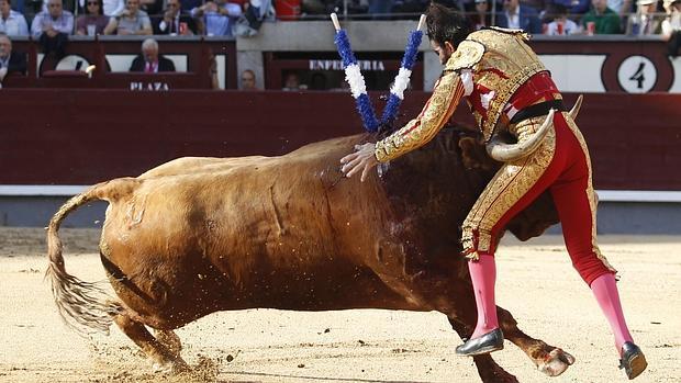 Juan José Padilla, entre los pitones en el momento de la cogida