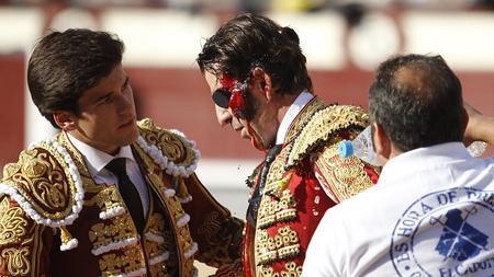 Juan José Padilla, con la cara ensangretada tras la dura voltereta
