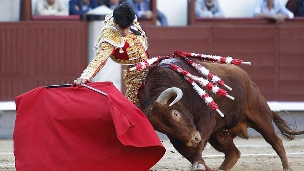 López Simón, en un derechazo al tercer toro, oyó la única ovcación de la tarde