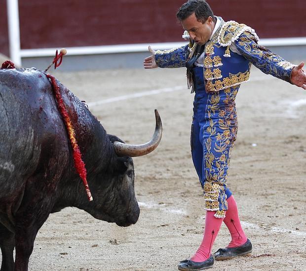Rafaelillo, heroico, aguarda la muerte del peligroso cuarto toro