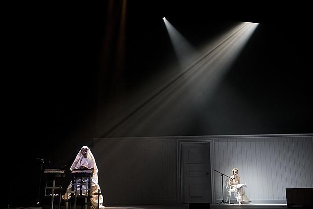 Irene Escolar y Silvia Abascal, en una escena de «La habitación luminosa»
