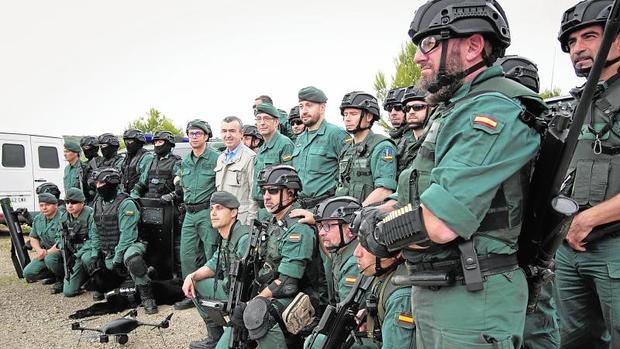 El escritor Lorenzo Silva, en foto de familia, durante su visita en Logroño al poligono de experiencias para las fuerzas especiales de la Guarrdia Civil,