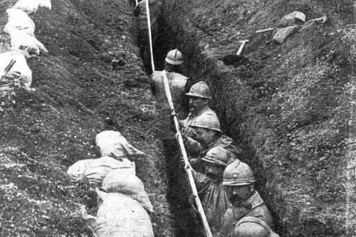 Portada de ABC del 27 de abril de 1917. Soldados franceses tienden una línea telefónica en las trincheras