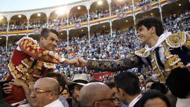 José María Manzanares y Alberto López Simó se estrechan la mano al compartir salida a hombros en la Beneficencia