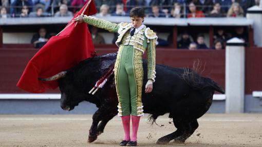 Andrés Roca Rey, en un pase por la espalda