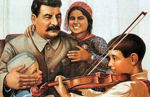 Cartel propagandístico de la URSS. «Stalin creía que comprendía y apreciaba la música», lamenta el compositor Shostakóvich en la obra de Julian Barnes