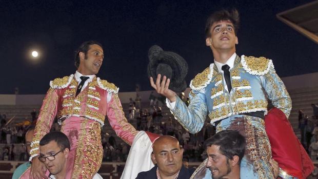 David Mora y Gonzalo Caballero salen a hombros