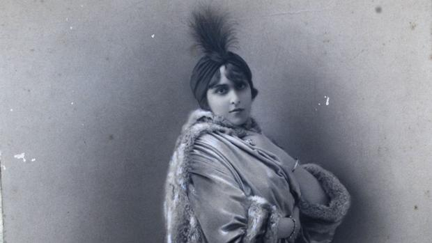 Victoria Ocampo, fotografiada por Léopold-Émile Reutlinger en su estudio de París