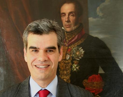 Gonzalo Serrats, junto al cuadro del general Álava