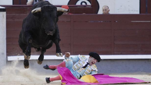 Tremendo el gesto de dolor de Juan Carlos Carballo tras ser pisoteado por el novillo, que «vuela» por los aires