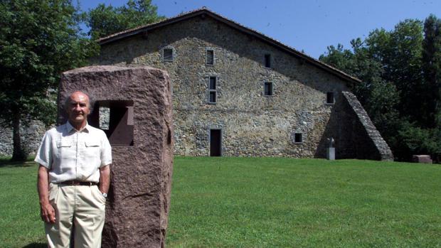 Chillida delante de una de sus esculturas en Chillida-Leku