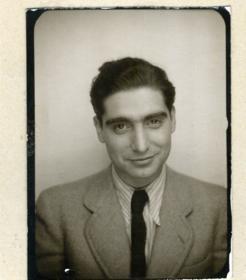 Robert Capa en la foto de su carné