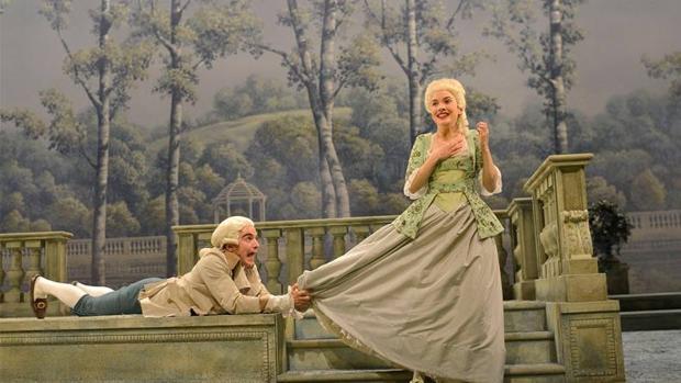 Escena de «El juego del amor y del azar», en un montaje dirigido por Josep Maria Flotats