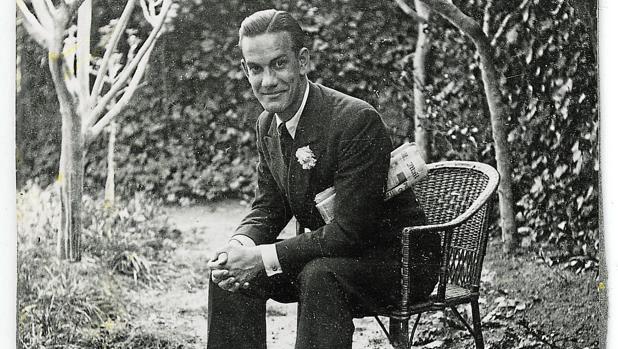 Cela, en el jardín de su casa natal, Iria Flavia, en 1939