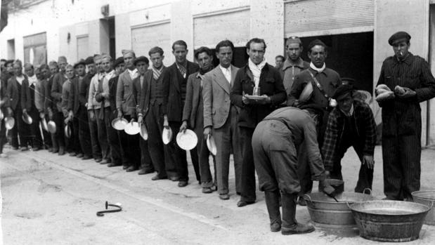 Milicianos hacen cola para comer en el centro de Madrid en 1937